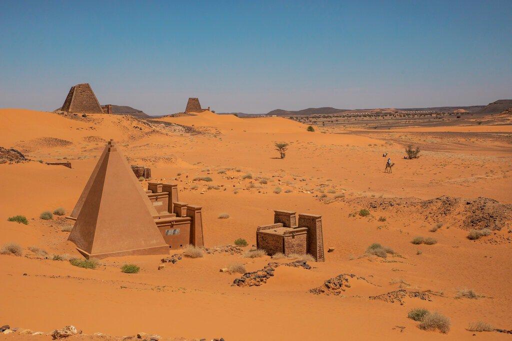 تصویر: سازه ها و اهرام در Meroe.