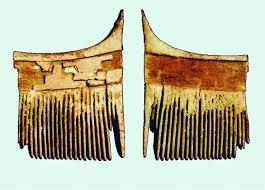 شانه چوبی قدیمی با طرح سوخته نگاری شده