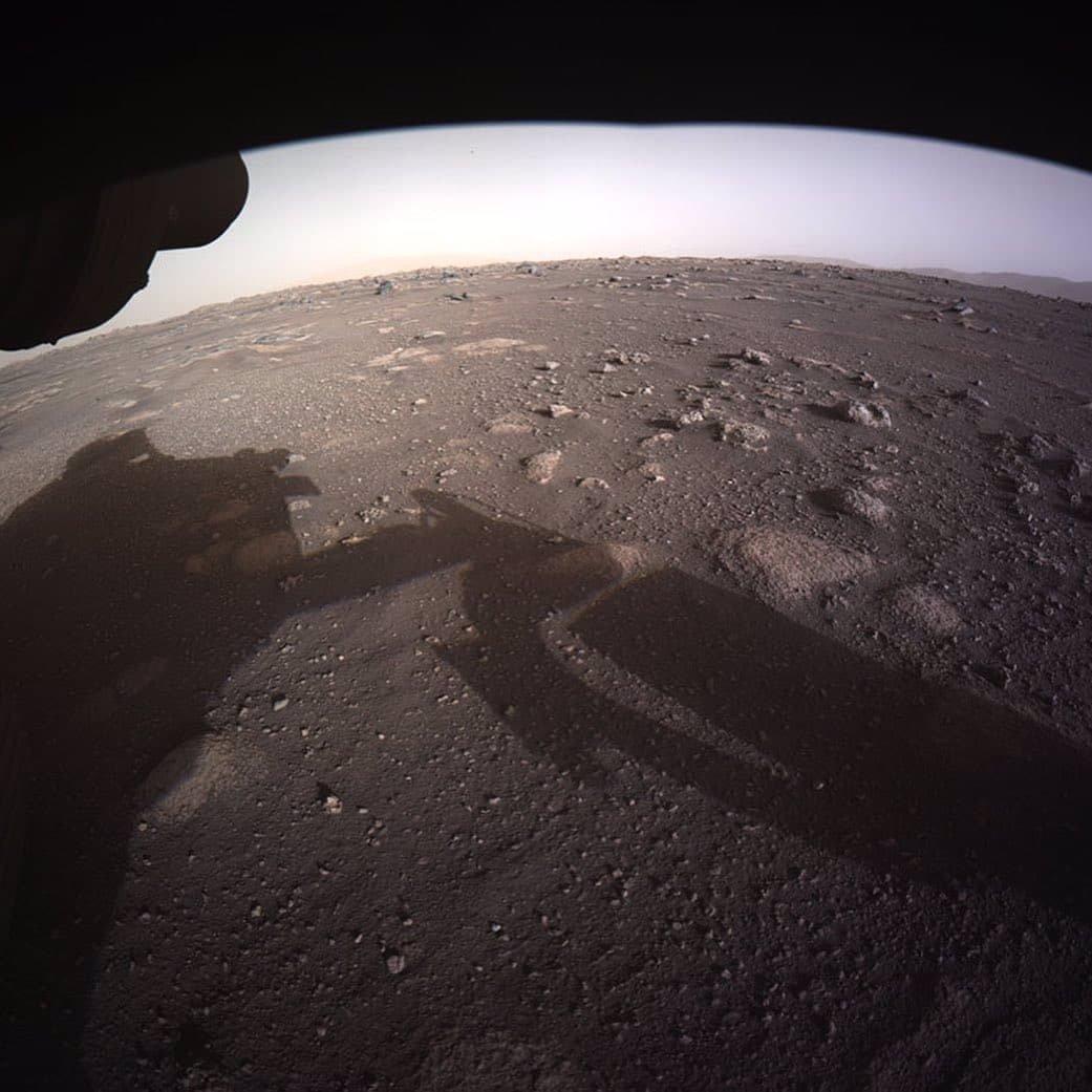 تصویر دوم، نخستین تصویر تمام رنگی مریخ نورد پرسویرنس از مریخ است که توسط دوربینهای هازارد که در قسمت زیرین مریخ نورد تعبیه شده، ثبت شده است.