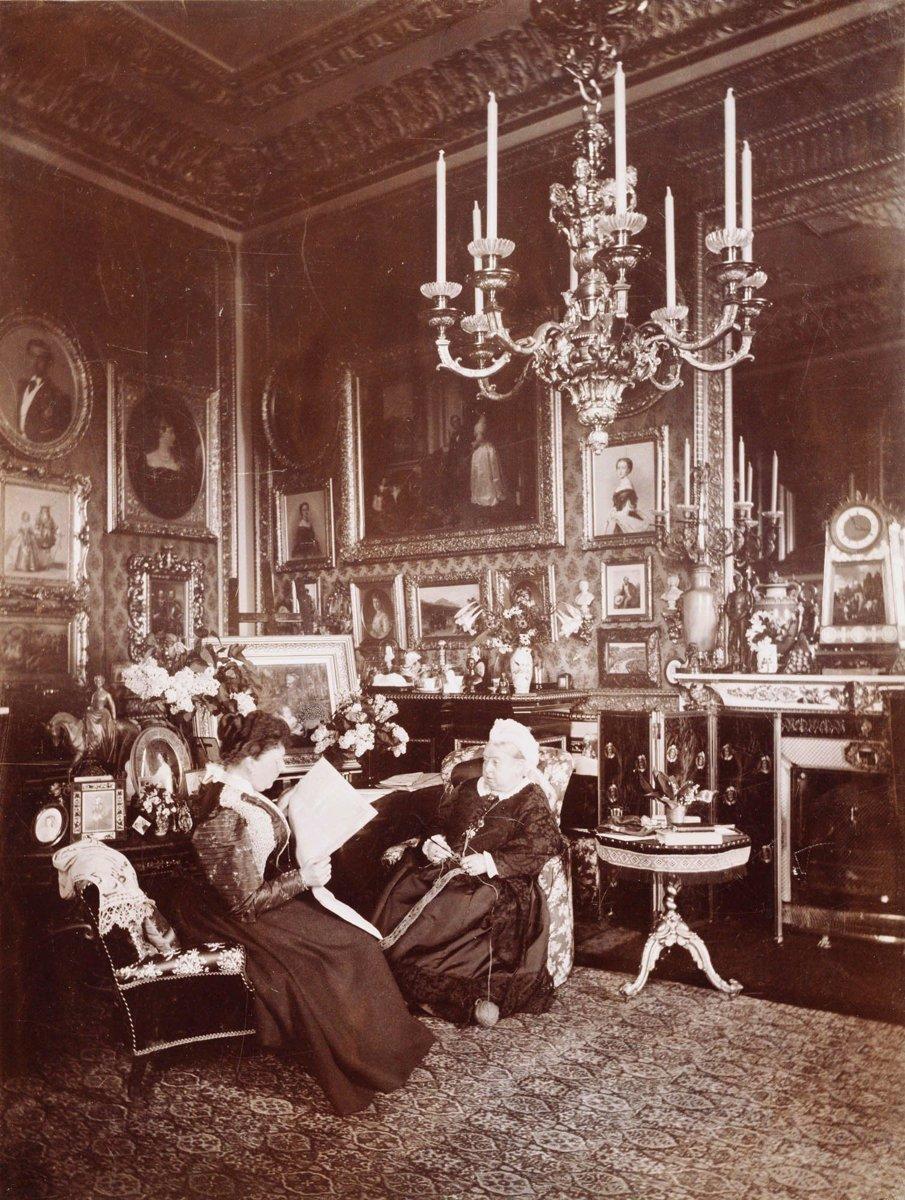 ملکه ویکتوریا و پرنسس بئاتریس در قلعه وینزر، توسط مری استین در سال 1895 عکس گرفته شده است.
