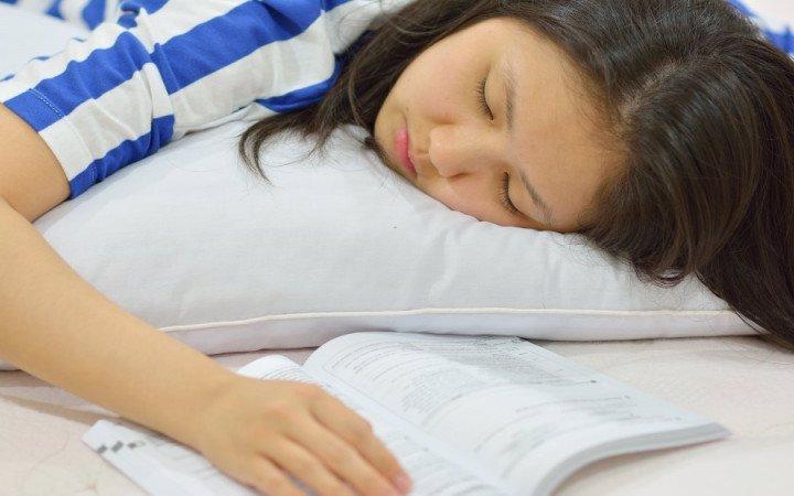 بعضی ها با باز کردن کتاب خواب بهشان غلبه می کند!