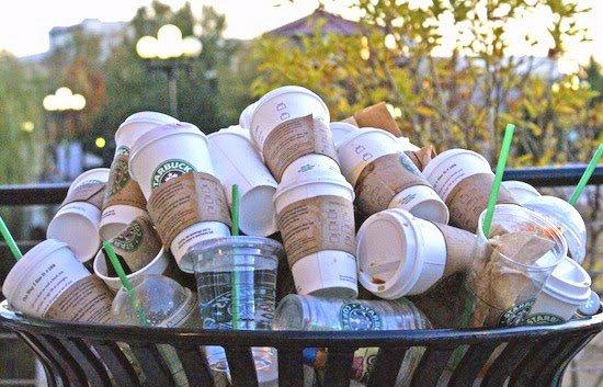 سطلی از لیوان های استفاده شده استارباکس