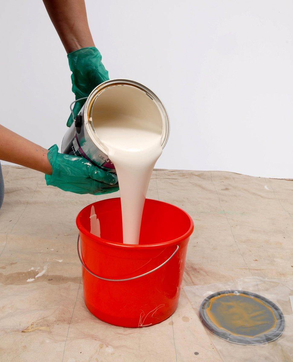 تمام قوطی رنگ را در یک سطل بزرگتر بریزید و کاملا به هم بزنید