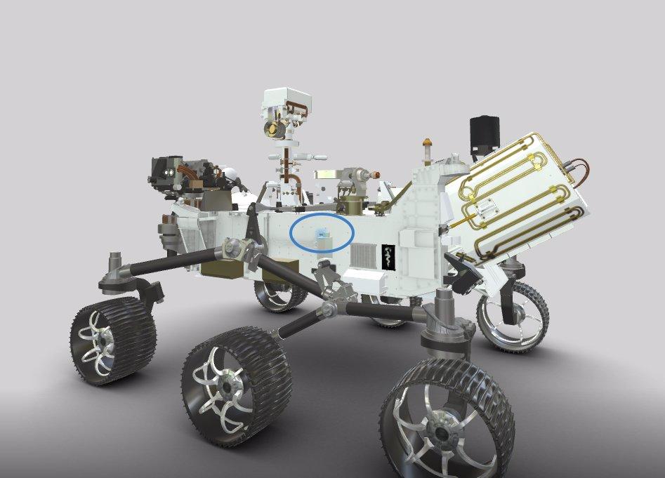 میکروفون EDL، با رنگ آبی برجسته، به سمت چپ مریخ نورد متصل است.