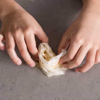 لایه اول خمیر را به صورت مارپیچ در وسط ظرف قرار دهید.