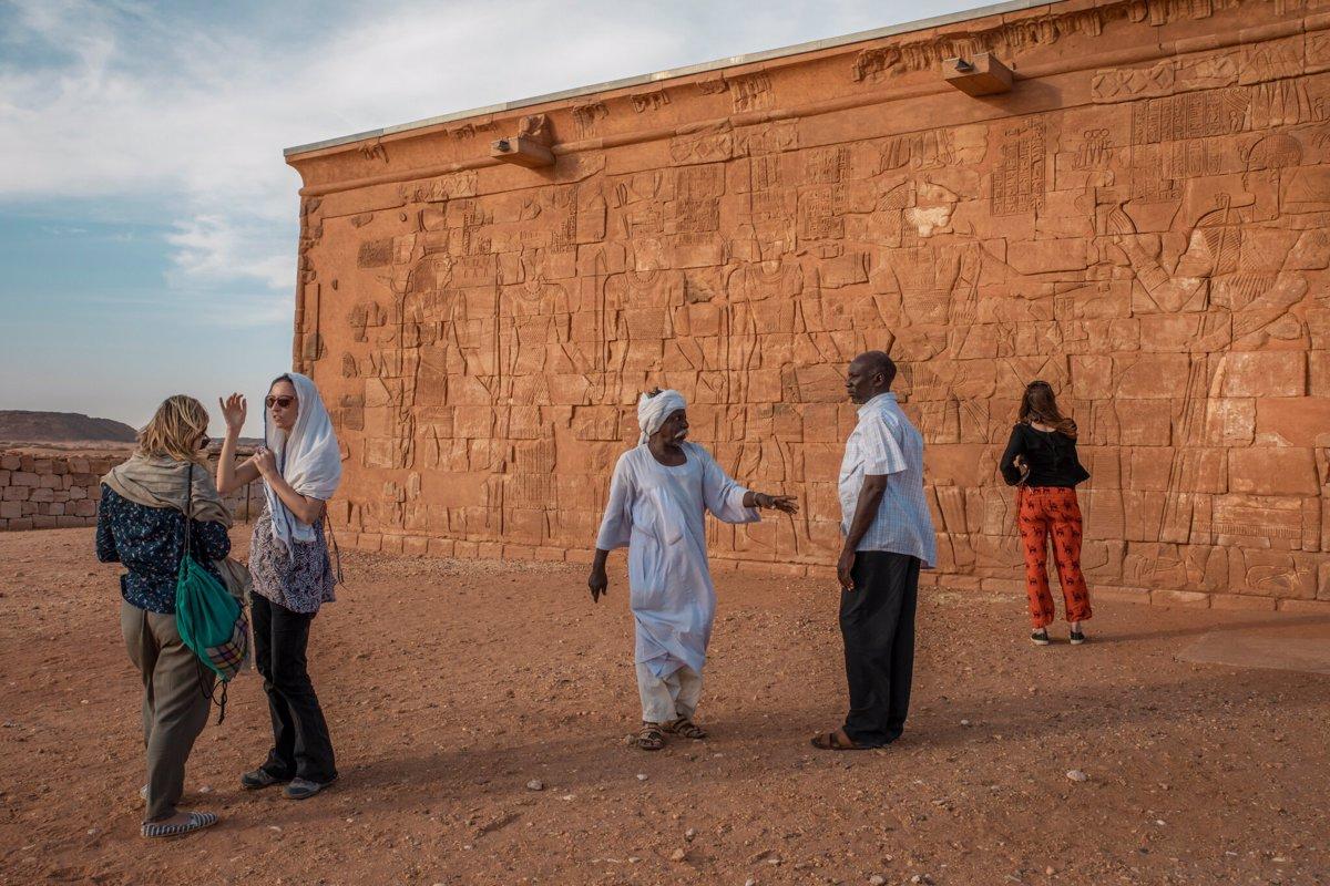 گردشگران در Musawwarat es-Sufra ، یکی از سه سایت باستانی - در کنار مِرو و نقا (Meroe and Naqa) - که در مجموع به عنوان جزیره مرو شناخته می شوند.