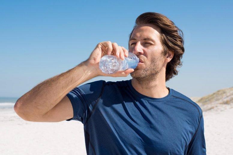 آیا واقعا لازم است روزانه 8 لیوان آب نوشید؟