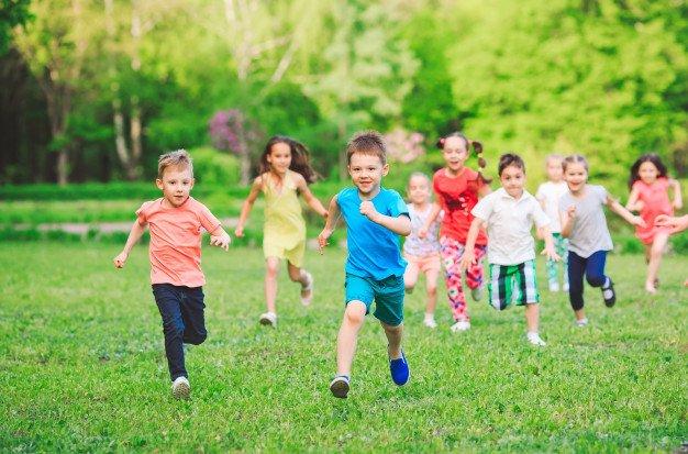 دویدن کودکان در پارک