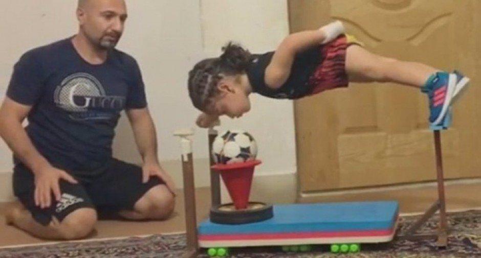 آرات حسینی در حال تمرین با پدر