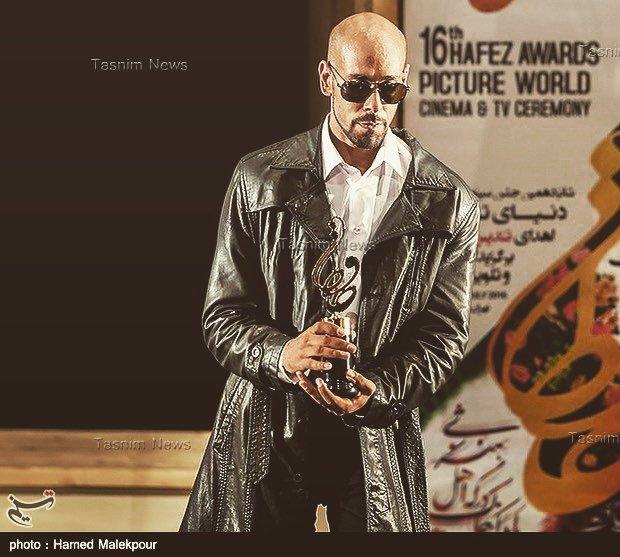 ارشا اقدسی و جایزه حافظ در حال تقدیم آن به آقای جمشید هاشم پور
